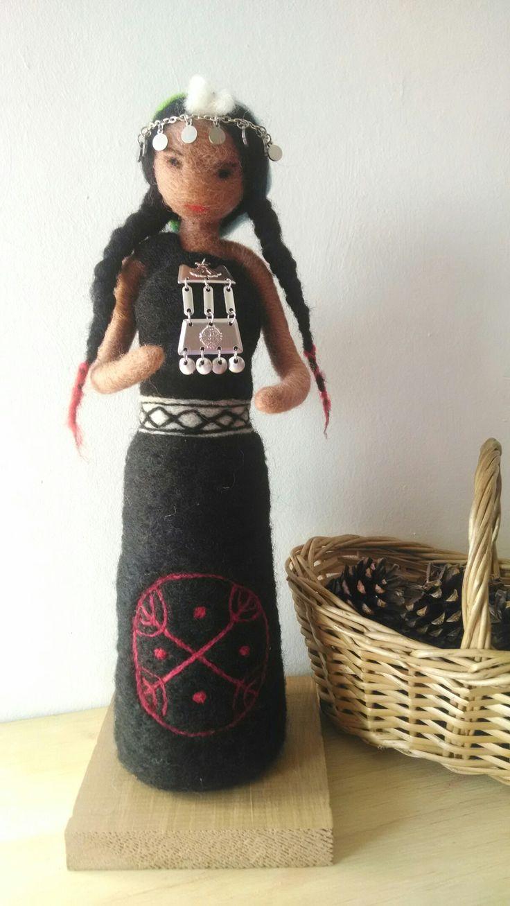 Mujer mapuche de fieltro hecha a mano en Chile, con lana de oveja  Mapuche woman needlefelting handmade in Chile.