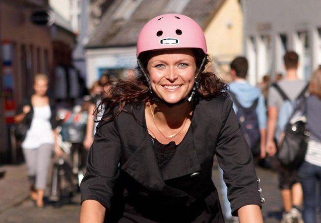 Muitos ciclistas deixam de usar a bicicleta para se locomover na cidade por se sentirem inseguros no trânsito. Mesmo em locais onde há ciclovias, atravessar as ruas de bicicleta pode não ser exatamente seguro, o que acaba sendo um problema para quem pretende usar a bike como meio de transporte. Para aumentar a segurança nessas travessias, a cidade de Aarhus, na Dinamarca, está testando uma nova tecnologia. A ideia é usar um chip com identificação por radiofrequência instalado nas bicicletas…