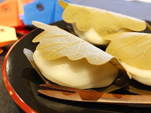 電子レンジを使って簡単に柏餅を作ってみませんか?火を使わないので、お子様と一緒にお作りいただけます。 柏餅は5月5日の端午の節句に食べることでおなじみの和菓子です。 新芽が育つまでは古い葉が落ちないという、柏の葉の縁起の良さから「子孫繁栄、家系が途切れないように」と、子どもの健やかな成長を願う意味が込められていると言われています。  ・熱量(1個当たり):105kcal [ママパン パンとお菓子の作り方と材料を提供するお店]