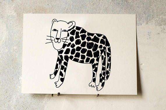 Ein lieber Leopard aus meiner Katzensammlung. Gut geeignet für das Kinderzimmer, denn Kinder lieben Löwen, Tiger, Leoparden und Pumas. Und dieser hier ist lieb und vielleicht ein bisschen verrückt. Die Zeichnung kommt gedruckt auf schönem, leicht cremigen 300g Karton in A5 mit
