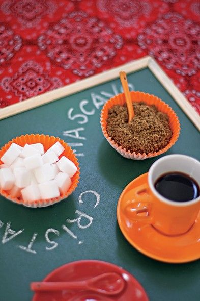 Substitua a bandeja por uma pequena lousa de giz, para sinalizar o que está sendo servido, e ofereça o açúcar em forminhas coloridas de cupcake. Fica criativo e muito fofo | coffee | sugar | Foto: Rogério Voltan/Editora Globo