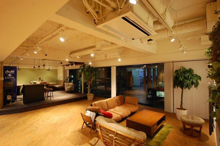 大きな書棚があるワークスペース|オフィスデザイン事例|デザイナーズオフィスのヴィス