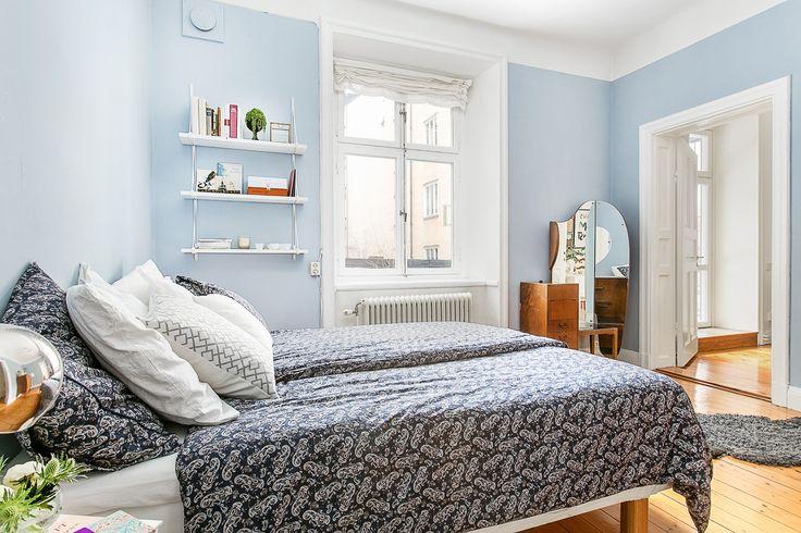 Sovrum bedding blått paisley hylla vägghylla spegelbord hemnet