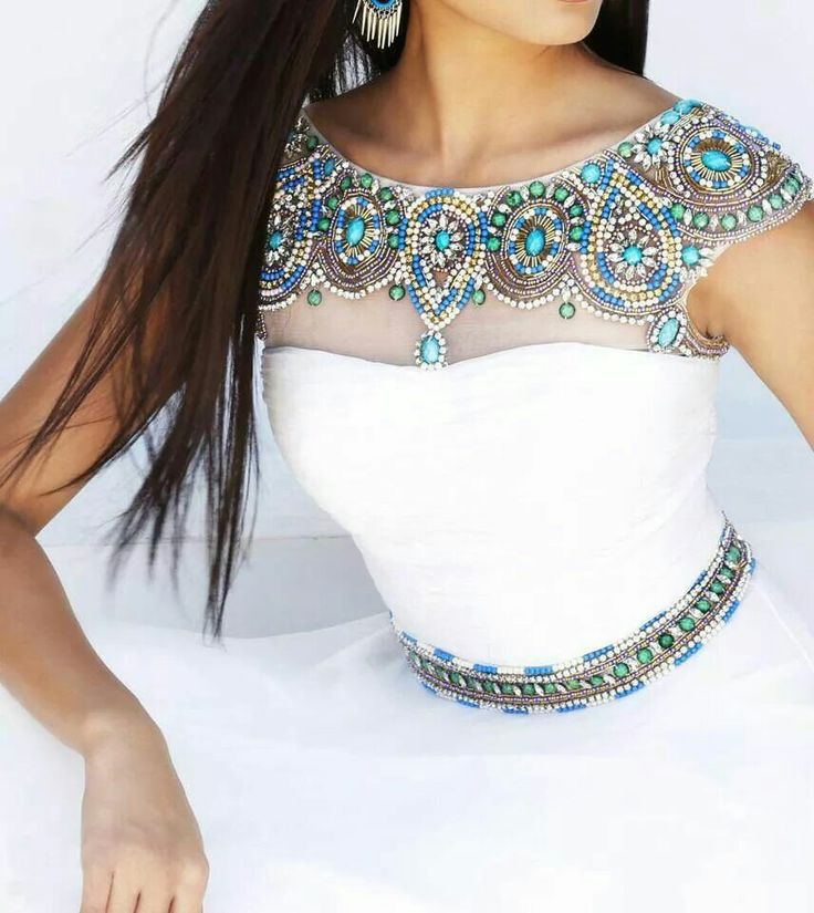si es blanco estos detalles azules son hermosos Indian wedding dress