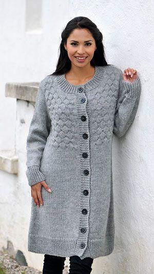 """En lun trøje der er så lang, at den kan bruges som let overtøj. Faconen er helt enkel, men de store """"sømandsbobler"""" på overdelen giver trøjen karakter."""