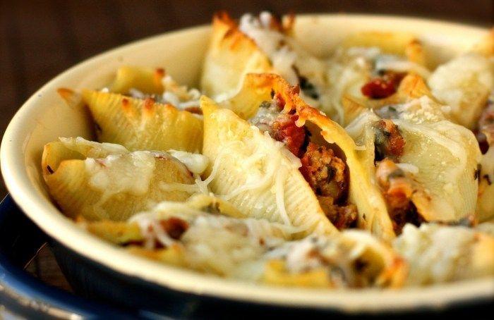 CONCHAS GIGANTES RELLENAS DE ESPINACAS Y CARNE ( baked sausage and spinach shells)