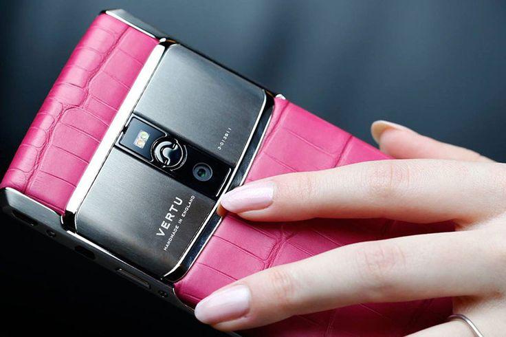 Smartphone di lusso: rinasce Vertu, l'azienda che si occupa di telefonia esclusiva https://www.sapereweb.it/smartphone-di-lusso-rinasce-vertu-lazienda-che-si-occupa-di-telefonia-esclusiva/ Torna il brand Vertu, focalizzato sugli smartphone di lusso che offrono esperienze esclusive Torna Vertu, azienda britannica produttrice di smartphone di lusso, dopo la recente acquisizione da parte di Hakan Uzan. Fondata nel 1998 Vertu rappresenta la telefonia di lusso pensata dal...