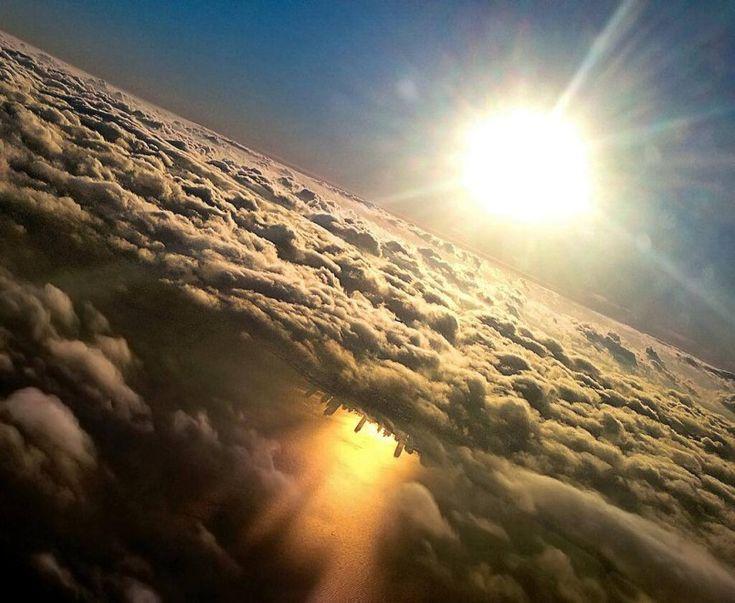 """""""Corridoio o finestrino?"""". Ecco 27 buoni motivi per scegliere la seconda opzione quando prenotiamo un volo. Paesaggi che è possibile ammirare solo dall'alto della cabina di un aereo: eclissi di sole, tramonti mozzafiato e giochi di luce. Come lo skyline di Chicago riflesso nel lago"""