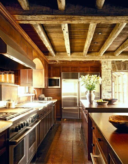 Nowoczesna kuchnia z odrobiną tradycyjnych elementów. Stal i drewno
