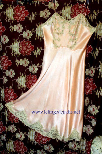 id es cadeaux fond de robe ancien en satin de soie le linge de jadis http lelingedejadis. Black Bedroom Furniture Sets. Home Design Ideas