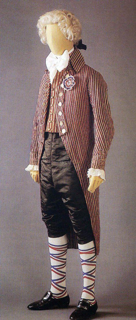 Completo maschile tricolore. 1789-93. Redingote in cotone e lino, gilet, culotte in raso nero Parigi, Musée de la Mode et du Textile, Coll. UFAC.