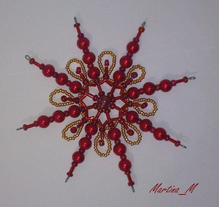 Sada vánočních ozdob na přání Vánoční ozdoby - hvězdy z korálků (skleněných a plastových) v tradičně vánoční červenozlaté kombinaci. Průměr 10.5 cm, koncové očko na zavěšení. Sada na přání