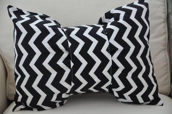 Almohadilla de arco de chevron de blanco y negro por CreatedByNora