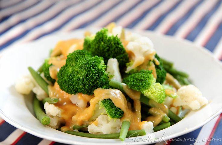 Sezonowe warzywa w japońskim wydaniu. Proste i szybkie z dodatkiem japońskiej pasty miso. Idealne na letni dodatek do obiadu. składniki: pół kalafiora pół brokuła 150g fasolki szparagowej 125g jasnej pasty miso 50ml sake 50ml mirinu 2 łyżki cukru W małym…