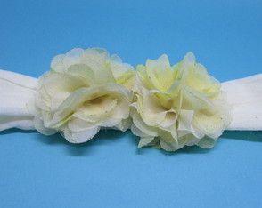 """Faixa infantil de meia de seda, com duas flores """"repolhudas"""" de organza bege"""