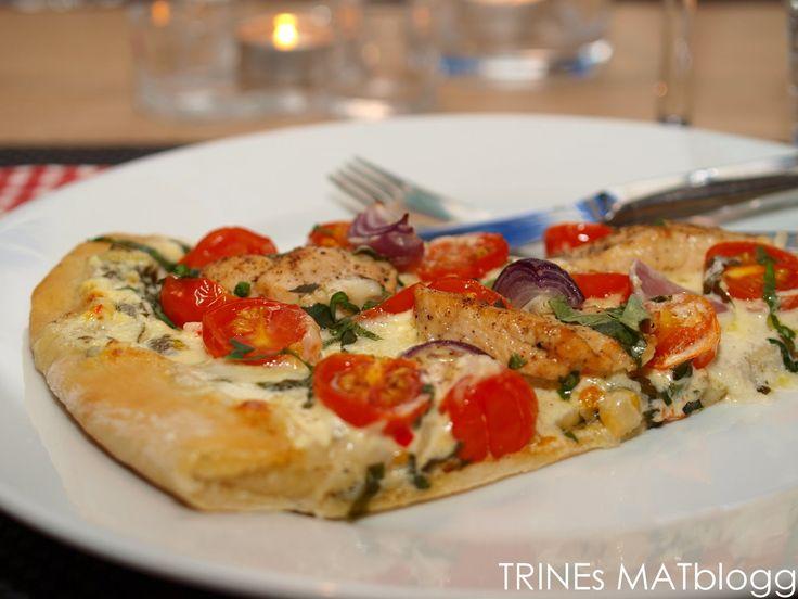 """Hjemme hos oss spiser vi ofte pizza, men vi lager sjelden den samme pizzaen to ganger. Her kommer oppskrift på en """"hvit"""" pizza med creme fraiche, chili, hvitløk og friske krydderurter, som er en…"""