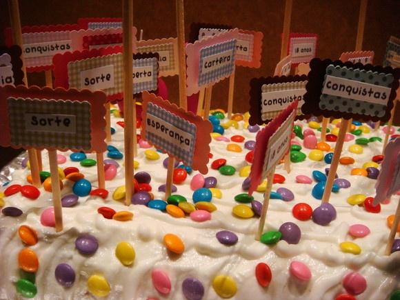 Palitos para decorar o seu bolo!!! Fica super charmoso e divertido seu filho (a) vai adorar! Fica super você colocar os nomes dos amigos no seu bolo e depois quando for servir o bolo você coloca a plaquinha com o nome do seu amigo(a),eles vão adorar!!  Esse bolo foi dos 18 anos da minha filha Roberta!  PEDIDO MÍNIMO 25 UNIDADES. R$1,99