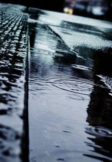 Dani se mimoilaze s kišama A kordi s gitarom Š apati s usnama Ti sa mnom A ja…. (S.M.)