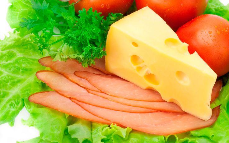Помидоры, колбаса, сыр, салат