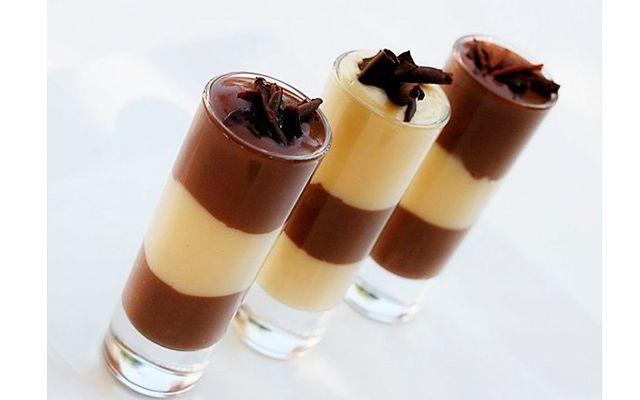 Шоколадно-ванильный пудинг: [b]Ингредиенты:[/b]    - 1/2 стакана сахара  - 3 ст.л. муки  - 3 ст.л. какао  -