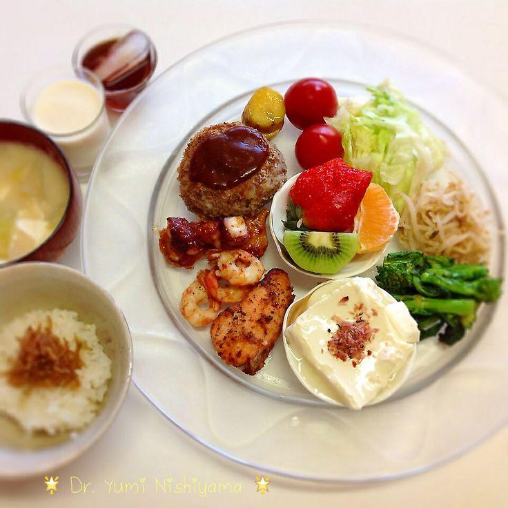 にしやま由美式ダイエットプレート (時計回りに食べる) 2014.3.22の朝プレートです。  大きめのプレートに食材を並べて、12時の位置から順番に食べます。とても分かり易い方法です。  「食べて痩せる」つまり美容と健康には、身体の内側を整えることがとても重要になります。  トマト、野菜類から豆腐、サーモン、タコ、エビ、手作りハンバーグ、安納芋、フルーツとバランス良く考えました。今日は、お味噌汁とじゃこご飯も用意。  いつもの、最後に飲むオリジナル⭐️西山酵素⭐️と豆乳も添えてあります。   この順番は、血糖値を急激に上げないので身体に優しく栄養補給ができ、そして家族全員が健康になります。   ⭐️時計周りに食べる⭐️のダイエットプレート本も出版中です!
