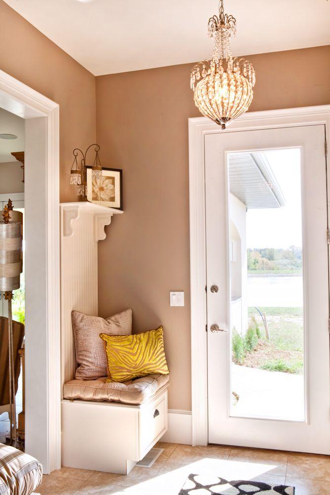 Un porte manteau en continuité du meuble que l'on a déjà à la maison, malin parce que ça pourrait éviter les trous dans le mur