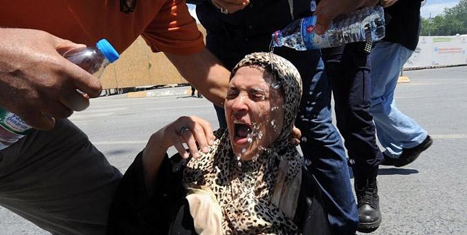 Συγκλονιστικές εικόνες από τα επεισόδια στην Τουρκία: Διαδηλωτές βοηθούν γυναίκα με μαντίλα να συνέλθει από το σοκ της βίαιης καταστολής