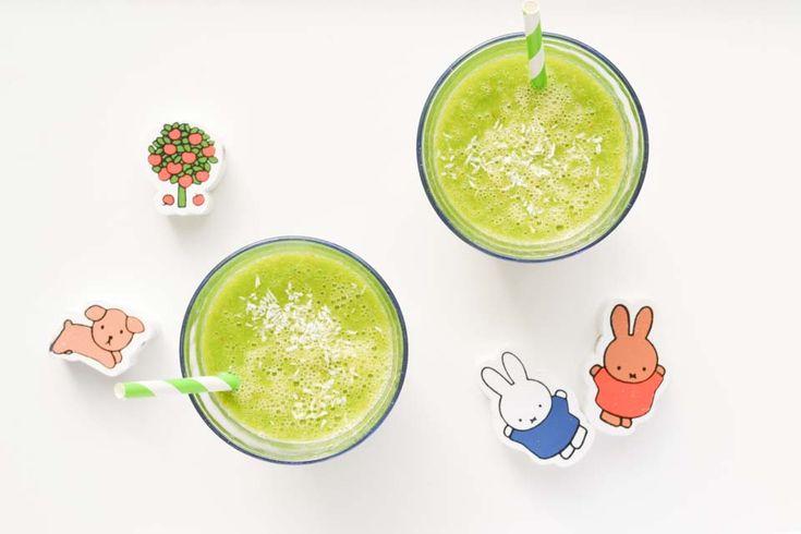 Als ik een groene monster smoothie maak voor mijn peuter zit er vaak spinazie in. Hier combineer ik deze met mango en een andere vette smaakmaker: kokos!