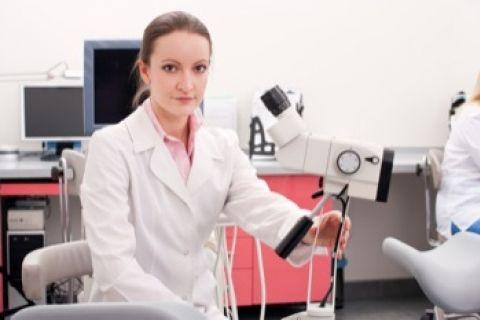 Procedimiento colposcopia.-Cómo se hace una colposcopia La colposcopia se realiza por medio de un microscopio especial llamado colposcopio. A través del colposcopio se consigue ver el cuello del útero al final de la vagina de forma muy ampliada.  Durante la prueba la mujer se tumba boca arriba en una camilla especial con las piernas separadas. Se introduce un espéculo para separar las paredes vaginales. El médico observa el cuello del útero y tiñe su superficie con distintos líquidos, como…