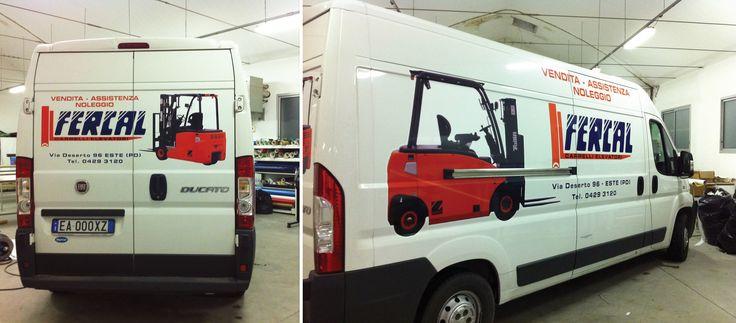 Decorazione su Fiat Ducato realizzata tramite l'applicazione di scritte in pvc adesivo prespaziato. La progettazione grafica, la stampa e l'installazione delle pellicole sui mezzi viene totalmente realizzata dal nostro studio.