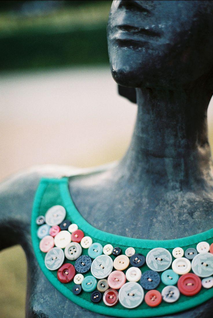 Textilný náhrdelník z filcu a gombíkov opracovaný šikmým prúžkom s uväzovaním na saténovú stuhu