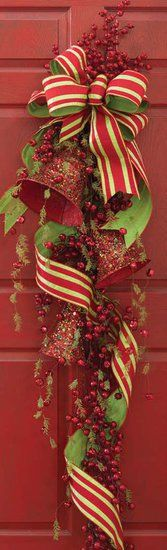 Such elegant, richly pretty holiday front door decor. Christmas decor decorations holidays