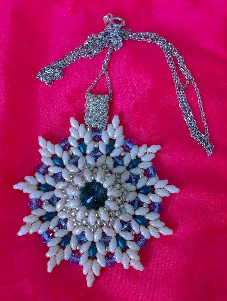 Pendente mod. Modigliani. Realizzato con la tecnica della tessitura delle perline, con superduo, rivolo e cristalli di Boemia, catena in argento 925.