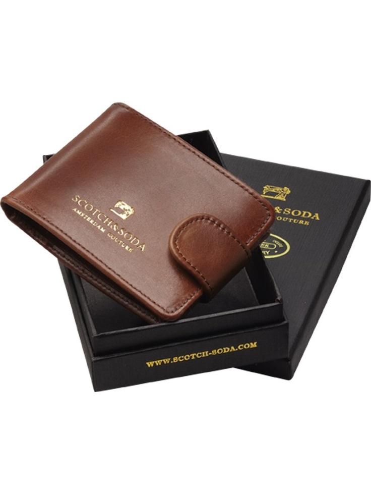 Αυτό το δερμάτινο πορτοφόλι θα κρατήσει όλα τα μετρητά ασφαλη και εχει και κλεισιμο με κουμπι.