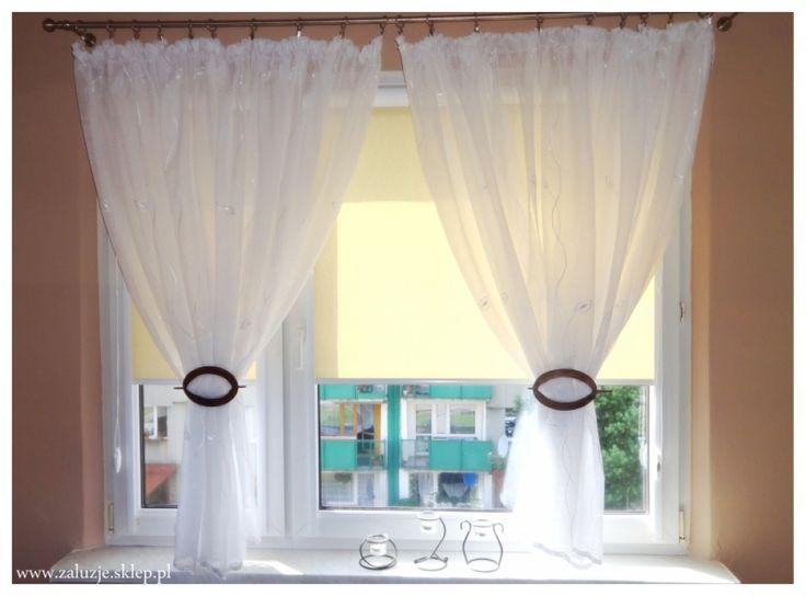 Kupując osłony okienne do swojego domu możesz zdecydować się na dwa różne rozwiązania – albo kupić gotowe rolety w sklepie, dostępne w kilku popularnych rozmiarach, dopasowanych do większości okien i założyć je samemu, albo kupić rolety okienne idealnie pasujące do twojego okna, bo wykonane na wymiar. Takie rolety na ogół zamawia się z montażem, więc świetnie pasują nawet do okien o nietypowych wymiarach. Poza tym kupując rolety na wymiar możesz zamontować je w kasetach z prowadnicami.