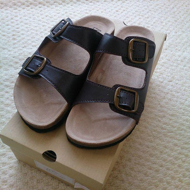 #サンダル #コンフォートサンダル #ビルケンシュトック #ビルケン風 #ビルケン風サンダル #まだまだ先 #安かったからつい #ブラウン #茶色 #しまむら #アベイル  病院が早く終わったので、買い物に行って 年に1回行くかどうかの靴屋さんに寄ってみたら 可愛いサンダルが(*´∀`) 1000円だったし、サイズ調整出来て なかなか合う靴が見つからない私にも合った♪♪ 履くのは、まだまだ先だけど 買っちゃいました(*´∇`*) 分かりづらいけど、ブラウンなのです(  ̄ー ̄)ノ ブラックと迷ったけど重くなりそうだし 金具部分が安っぽい感じがしたので。 値札見たら元値は4900円だったらしい( ; ゜Д゜) あれ?ブラックも欲しくなったな(笑) http://www.butimag.com/コンフォートサンダル/post/1451231959028566627_3292637127/?code=BQjz8ccl4pj