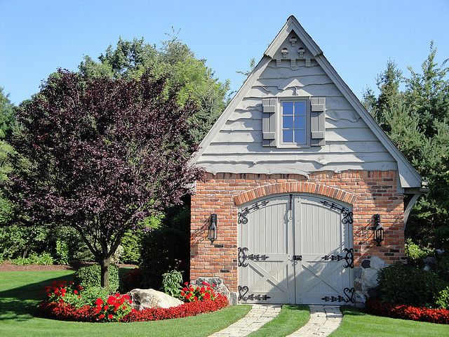 Garage garden shed love garages carriage houses for Carriage house shed