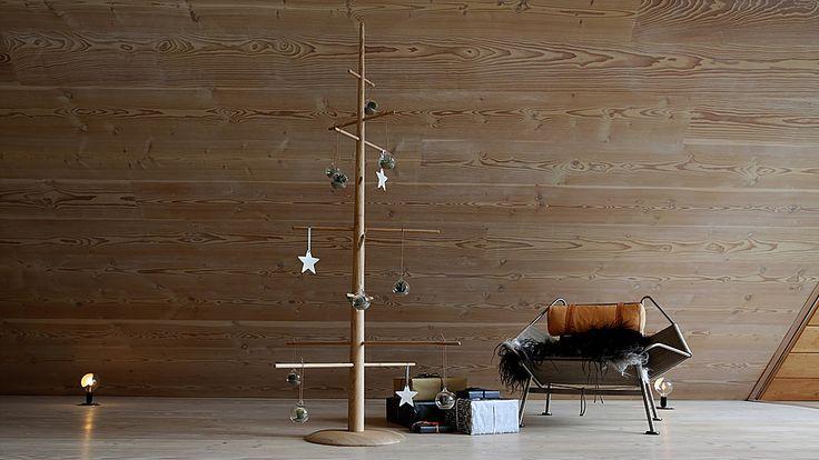 Dansk designet multimøbel som er stumtjener, juletræ og sofamøbel i et. Her som juletræ. 2 meter højt i eg.  #danishdesign #christmastree #christmas #wood