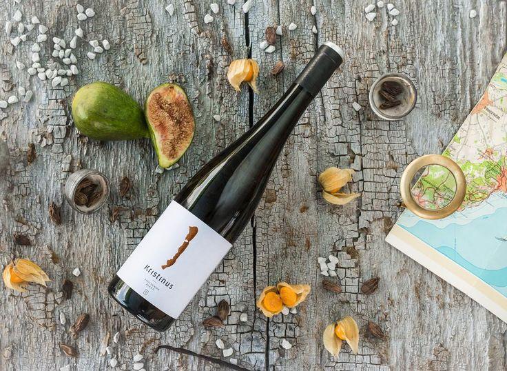 Minden pillanatban, minden mozdulatban és az év minden napján belenyugszunk a tökéletesbe. Van, hogy kétszer. Minden cseppje tartalmaz: keleti varázst, napsütést, fehér estét, Balatont és megnyugvást. A korty nálad is időmérték?    #sauvignonblanc #wine #balaton #kristinus #kristinusborbirtok #vino #mik  #top100 #winery