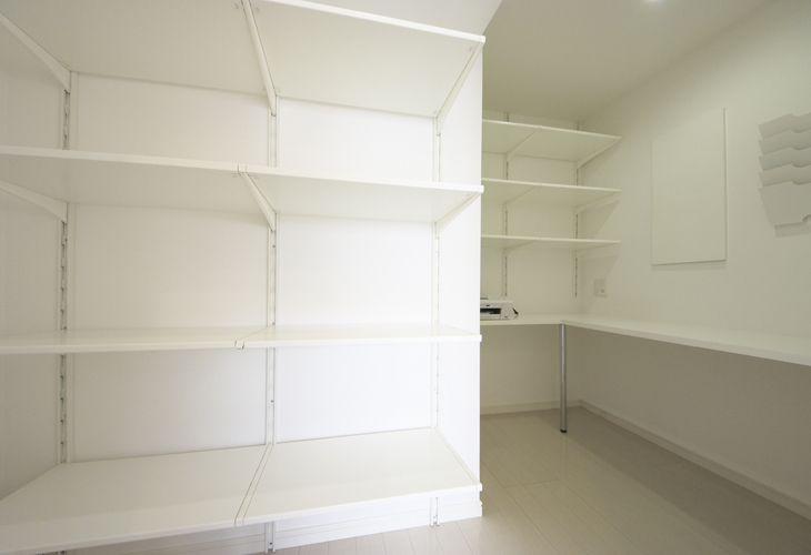 もともとキッチンのあったスペースには、棚を設置してパントリーに。自宅で仕事をされる奥さまの書斎スペースも併設しました