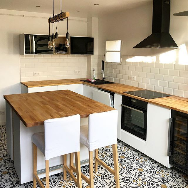 küchenboden mit gemusterten zementfliesen von mosaic