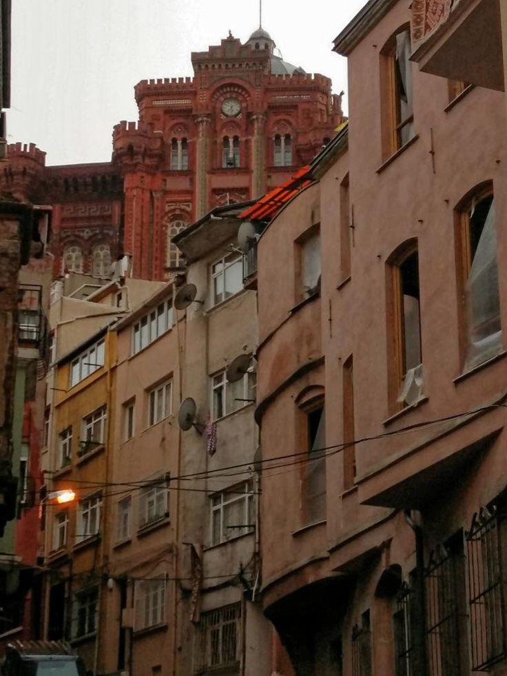 Sokağın düşüncelerine dalmak #Balat #istanlook #istanbul F: istanlook
