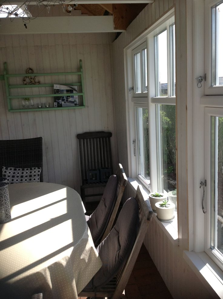 Havehuset her inde mangler vi at beklæde loftet, og lister v vinduer:-)