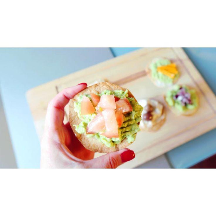Uma entrada saudável feita a partir de tortilhas levemente tostadas no forno só para dar aquele toque crunchy e o topping pode ser aquele que nós mais gostarmos, fica à escolha do freguês! ������ . . . . . . .  #food #foodporn #instafood #avocado #foodlover #apetizer #healthy #healthyfood #eatclean #getfit #fitgirl #photography #monday #blogger #ig #igers #tasty #vscocam #vsco http://tipsrazzi.com/ipost/1505301675090866202/?code=BTj5-Xnl3Aa