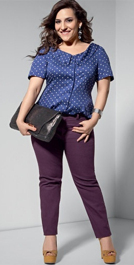 Baixinha e estilosa. Com 1,50m de altura, a atriz Simone Gutierrez quebra as regras e ensina como usar a moda para parecer mais alta.  Visual colorido: Você pode, sim, usar calças chamativas. O truque para alongar é usar blusa e calça de tons parecidos. A ousadia são os sapatos mostarda. Motivos miúdos, como os poás, ficam bem em mulheres do tipo mignon.
