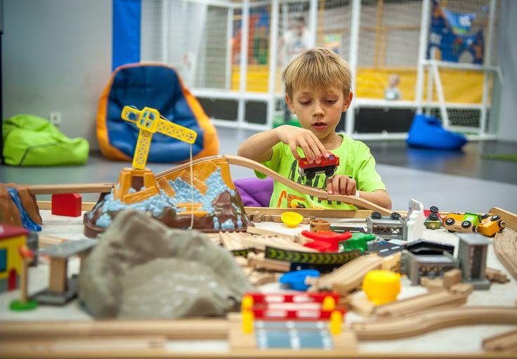 Speelgoed voor een 3-jarige kan erg lastig zijn, te groot voor het een en te klein voor het ander. Dat geldt helemaal voor jongensspeelgoed. Daarom zette ik het populairste speelgoed voor peuter jongens op een rijtje! Handig bijvoorbeeld voor op het verlanglijstje. https://www.mamaliefde.nl/blog/verlanglijstje-speelgoed-peuter-3-jarige-jongen/