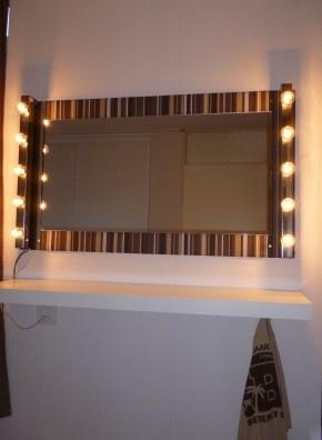 Kaptafel op sta hoogte: Plaat MDF, restjes behang, spiegel en 2 IKEA lampen. Plank met haakjes eronder ophangen.