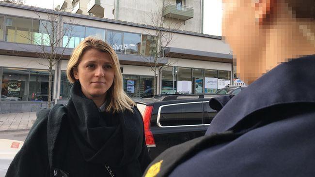 Svea hovrätt ändrar tingsrättens dom och beviljar inte en polis skadestånd efter en misshandel. Hovrätten anser att slaget mot polisen inte var kränkande.   – Det känns som våldet mot blåljuspersonal nu normaliseras, säger Carolina, polis i Rinkeby.