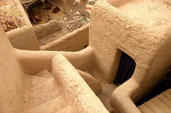 Djenné - les terrasses Il faut grimper sur les terrasses de Djenné. L'architecture de terre s'y livre alors toute entière, magnifique de courbes féminines. Chaque escalier, chaque refend, déploie ses lignes et ses perspectives.