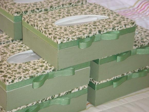 Caixa Porta Lenços, forrada com tecido e feita em mdf.